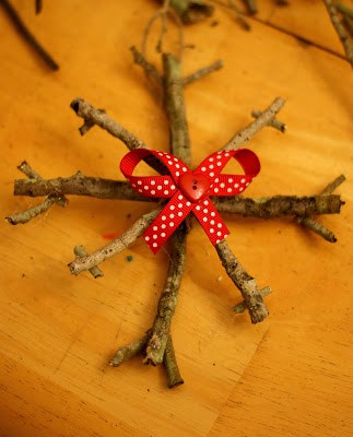 This stick ornament craft is the perfect rustic Christmas gift for anyone! Even better, they are incredibly easy to make with the kids or on your own. This easy rustic ornament is a must! Snowflake, Snowflake Ornament, Rustic Ornament, Stick Ornament