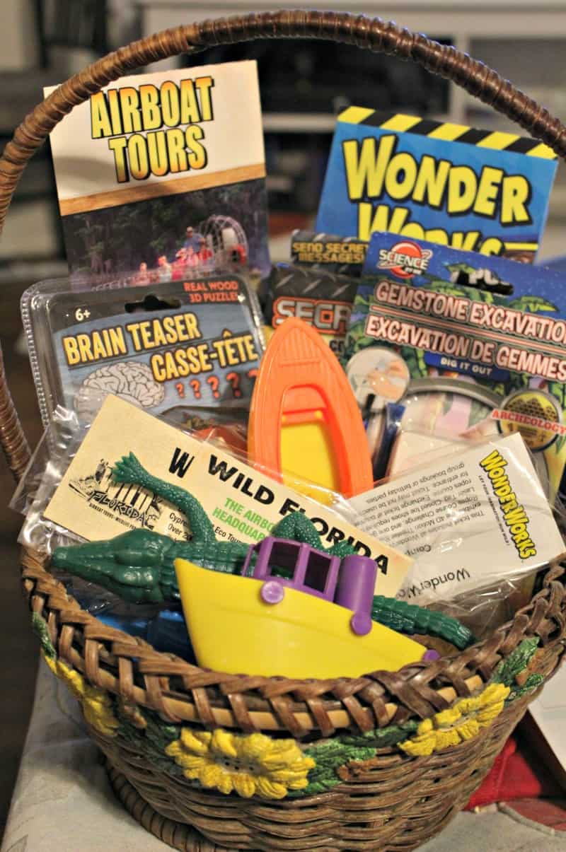 Thinking about gifting an experience? Don't miss these tips for giving the gift of experiences in a fun way. Check out these fun gift basket ideas and experience gift tips. #GiftGiving #Holidays #Gifts